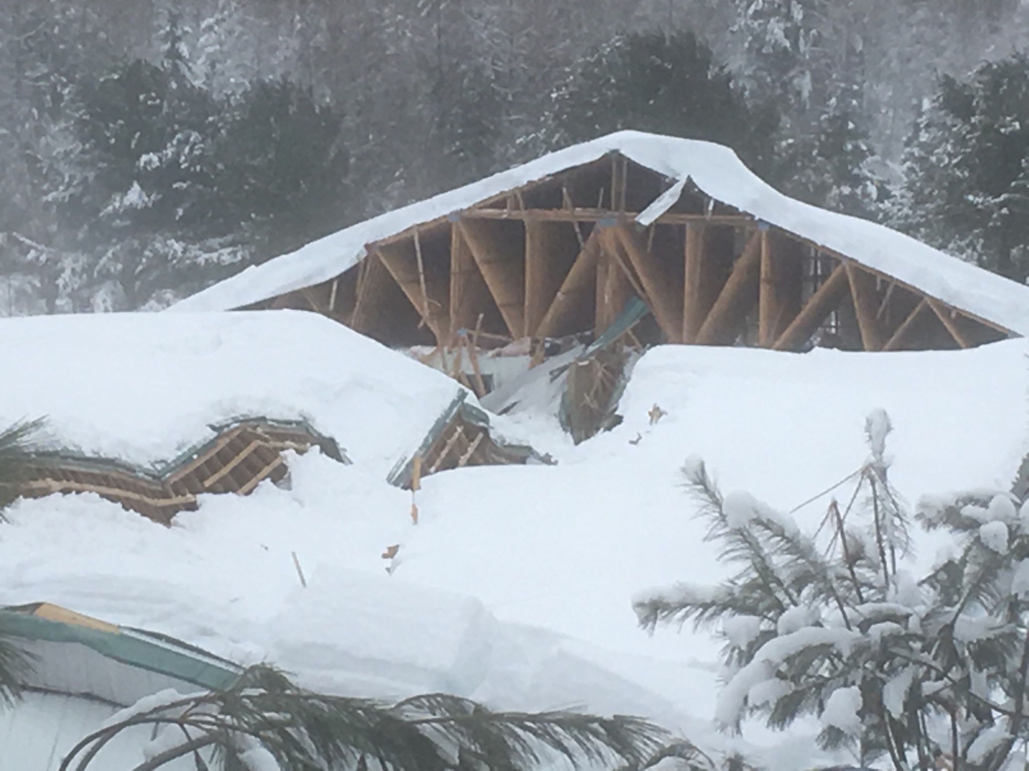 Le toit d'une pisciculture s'effondre à Saint-Alexis-des-Monts