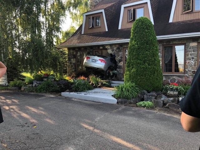 Une automobile s'encastre dans une maison à Louiseville
