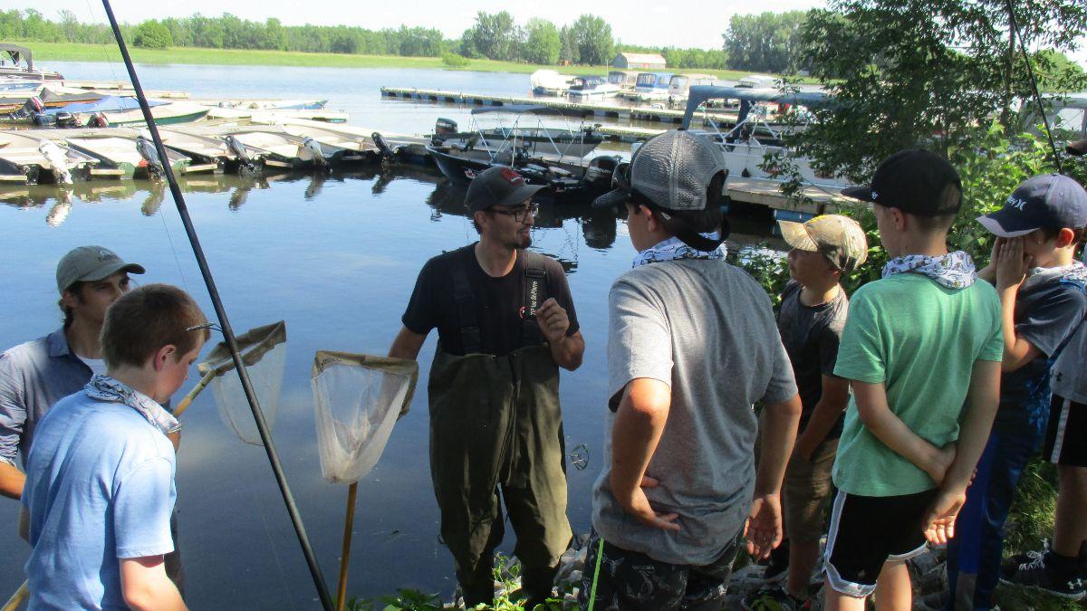 Des apprentis pêcheurs s'initient à l'importance de l'or bleu