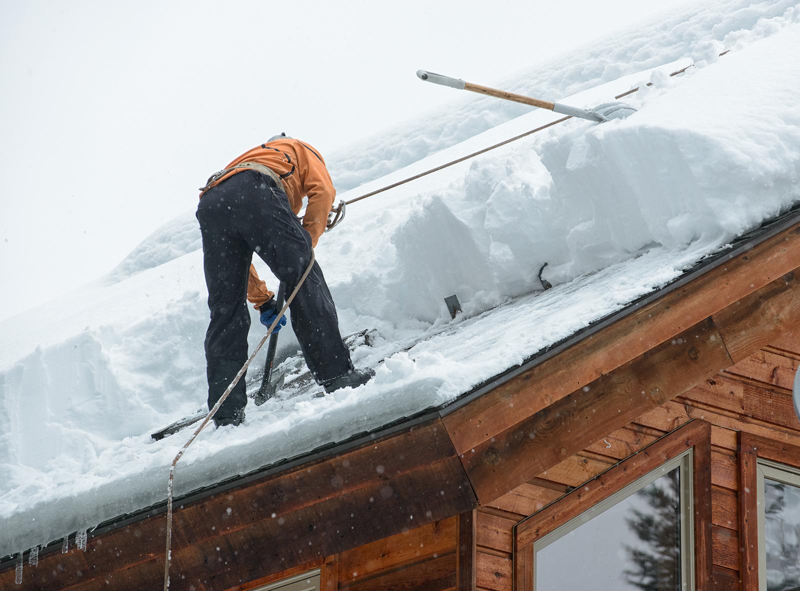 Les bonnes pratiques pour déneiger la toiture