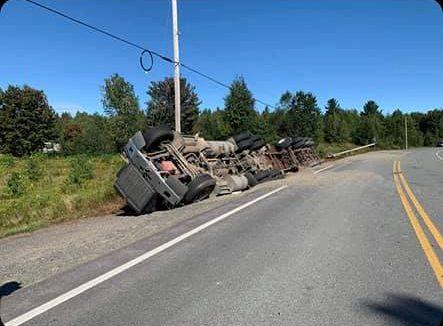 Un camion lourd se renverse à Saint-Léon-le-Grand